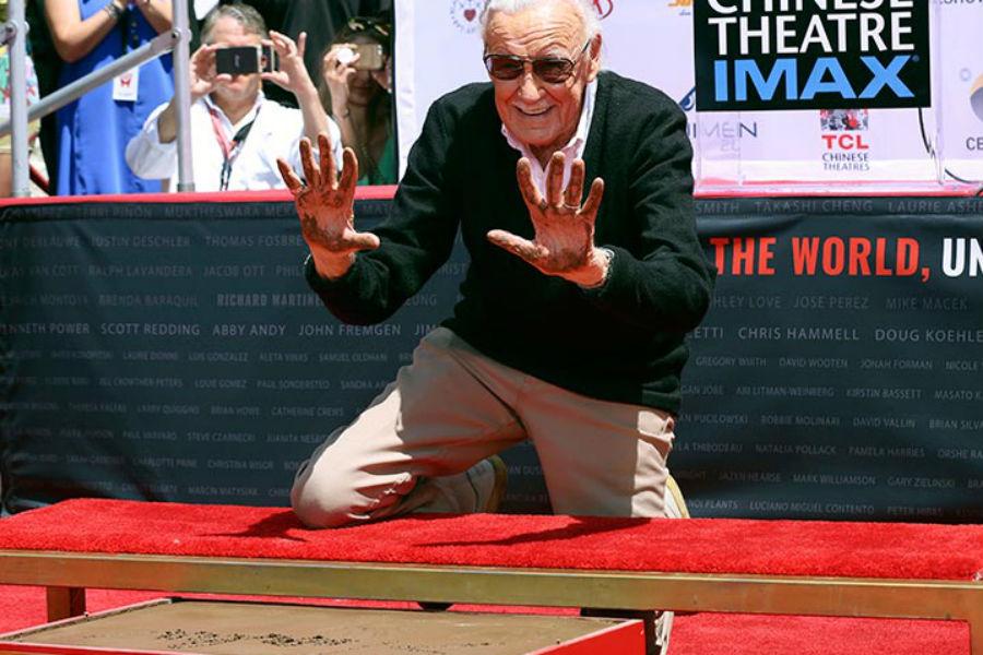 Stan Lee inmortaliza sus huellas en el Teatro Chino de